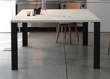necesitas una mesa para la cocina sobre en blanco ucgessoud y con cuatro patas de hierro si disponemos de una cocina amplia a la que vamos a dar